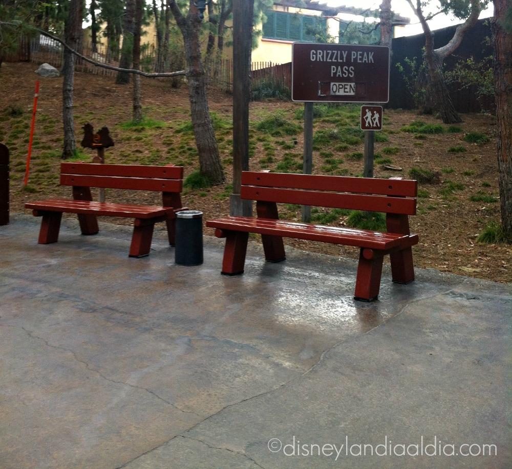 Bancas en Grizzly Peak Pass en Disney California Adventure - disneylandiaaldia.com