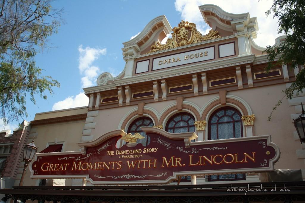 Opera House ahora el Edificio de Momentos con Mr. Lincoln en Disneylandia