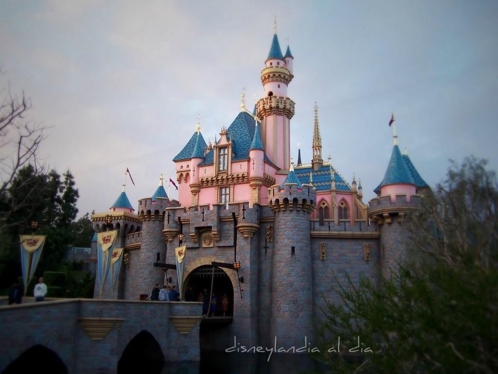 Vista lateral del Castillo de la Bella Durmiente - disneylandiaaldia.com