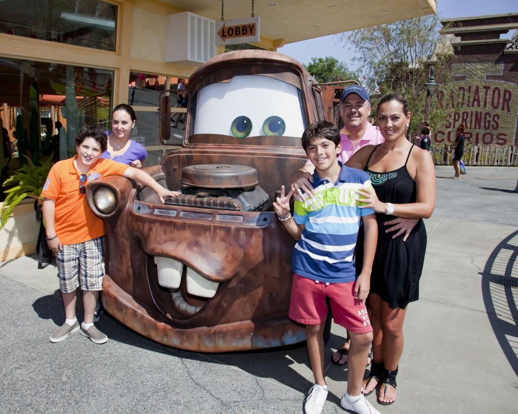 Foto cortes  237 a  Disneyland Resort-Todos los derechos reservados Veronica Del Castillo Y Su Hijo