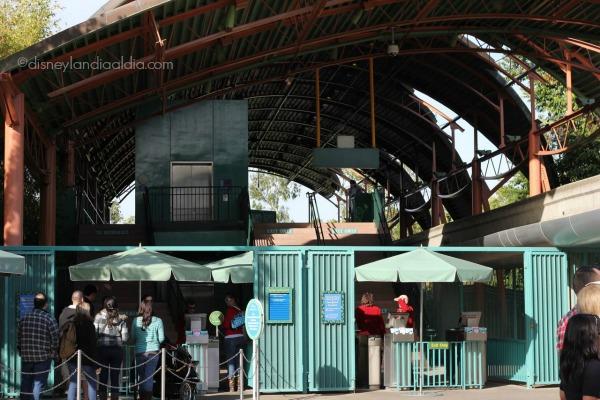 Entrada al monoriel en Downtown Disney - old.disneylandiaaldia.com
