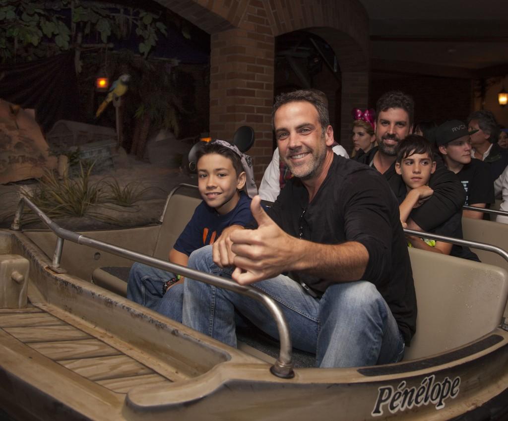 Mira quien vino al Reino Mágico~Carlos Ponce - Disneylandiaaldia.com