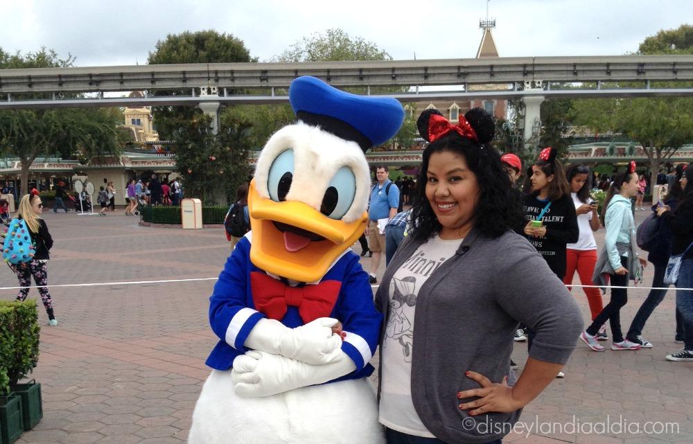 Pato Donald y Liz en las 24 hrs en Disneylandia