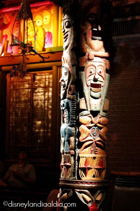 Columna en el Enchanted Tiki Room en Disneylandia