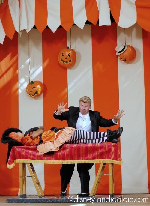 Mago en el Carnaval de Halloween en Disneylandia