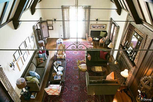 Vista panorámica de la sala de estar de la casa de Walt Disney