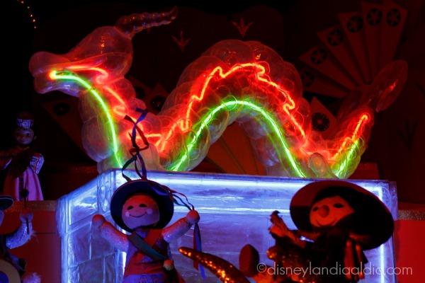 dragón y muñequitos en it's a small world holiday