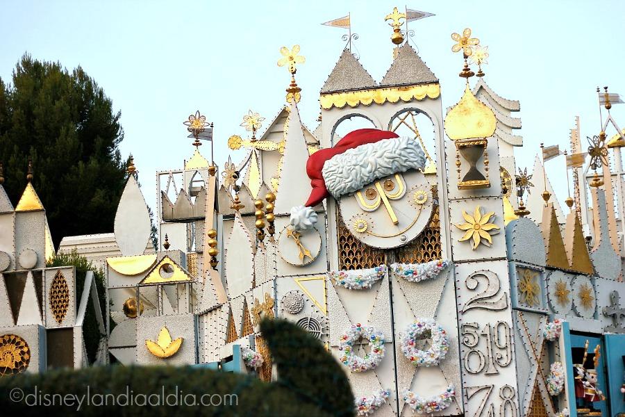 Fachada con reloj de Santa de it's a small world holiday en Disneylandia