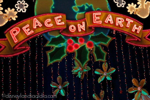 Peace on Earth letrero en it's a small world holiday en Disneylandia