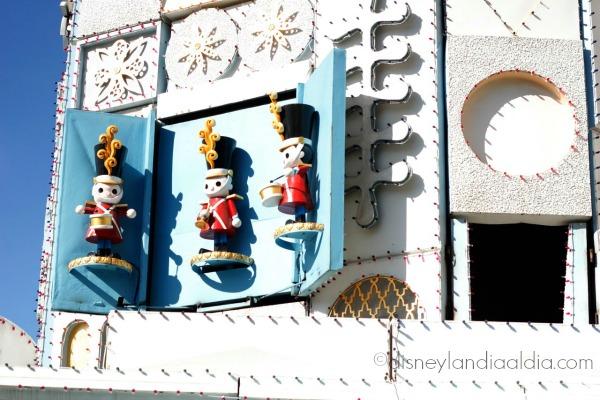 Soldaditos en la fachada de it's a small world en disneylandia