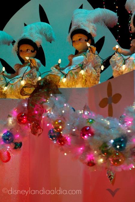 Muñequitas bailando en it's a small world holiday en Disneylandiala