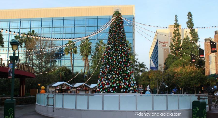 Celebrando la Navidad en Downtown Disney - Arbol de Navidad y ice rink