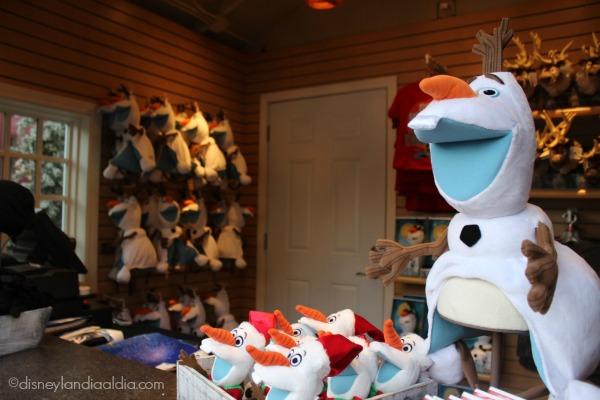 Venta de artículos de Frozen en la villa de la pista de patinaje de Olaf en Disneylandia