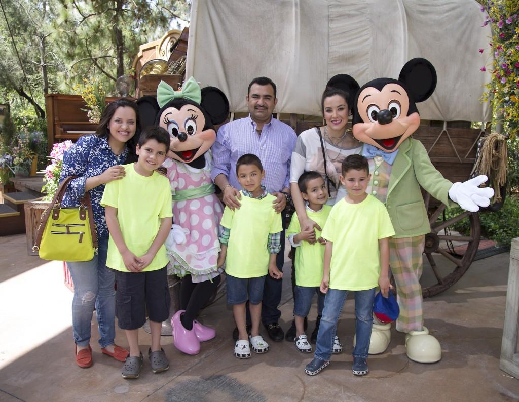 "Mira quien vino a Disneylandia~ Antonio ""Tony"" Meléndez"