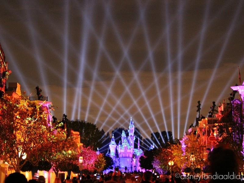 Escena de rayos láser de Disneyland Forever - disneylandiaaldia.com