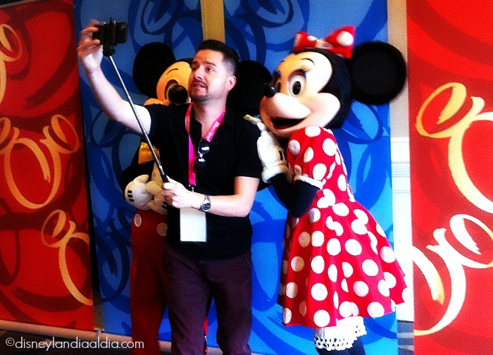using a selfie stick en Disneylandia - old.disneylandiaaldia.com