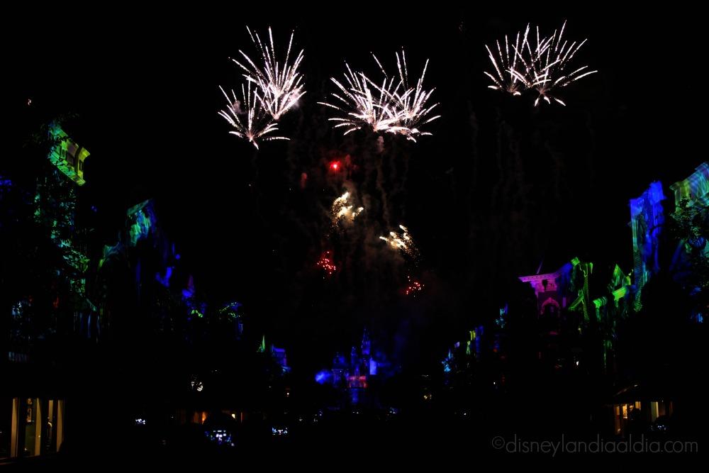 Escena oscura del show Disneyland Forever - old.disneylandiaaldia.com
