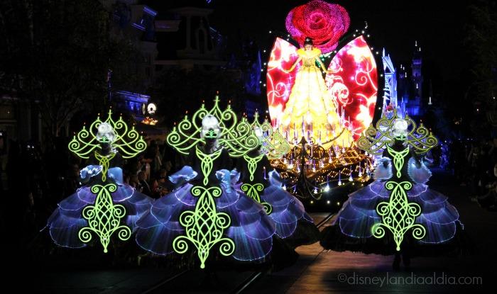 """Carroza de La Bella y la Bestia del desfile """"Paint the Night"""" - old.disneylandiaaldia.com"""