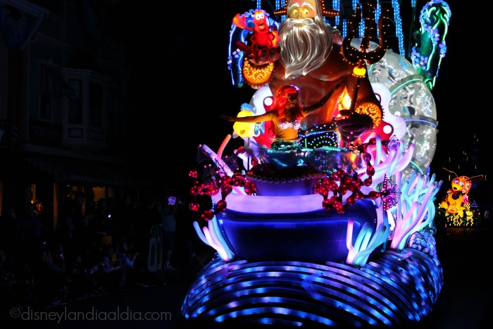 "Carroza de Ariel en el desfile ""Paint the Night"" - old.disneylandiaaldia.com"