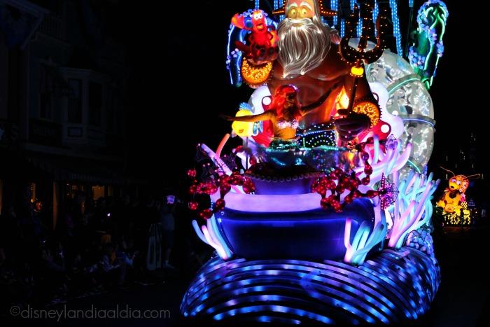 """Carroza de Ariel en el desfile """"Paint the Night"""" - old.disneylandiaaldia.com"""