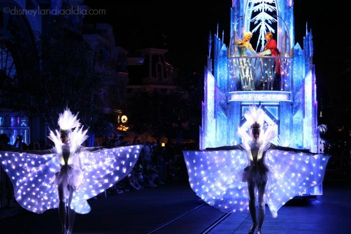 """Carroza de Anna y Elsa en el desfile """"Paint the Night"""" - old.disneylandiaaldia.com"""