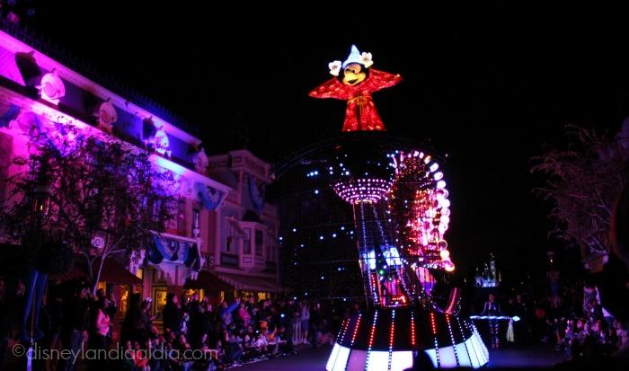 """Carroza de Mickey Mouse en el desfile """"Paint the Night"""" - old.disneylandiaaldia.com"""