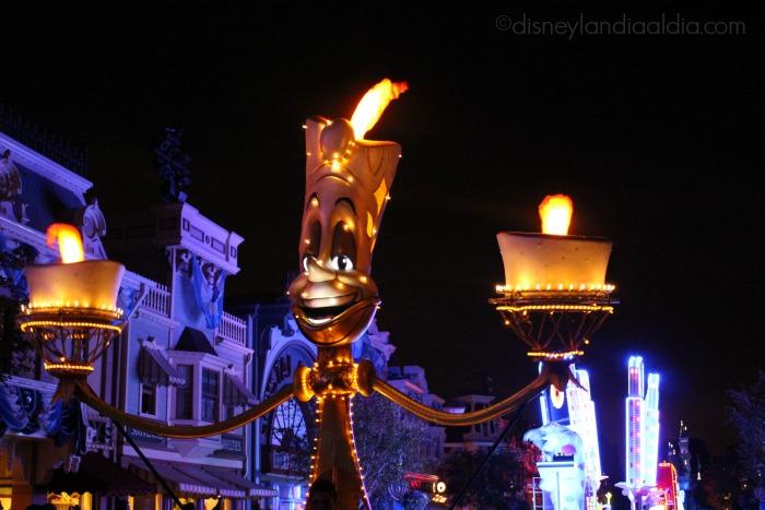 "Lumiere en el desfile ""Paint the Night"" - old.disneylandiaaldia.com"