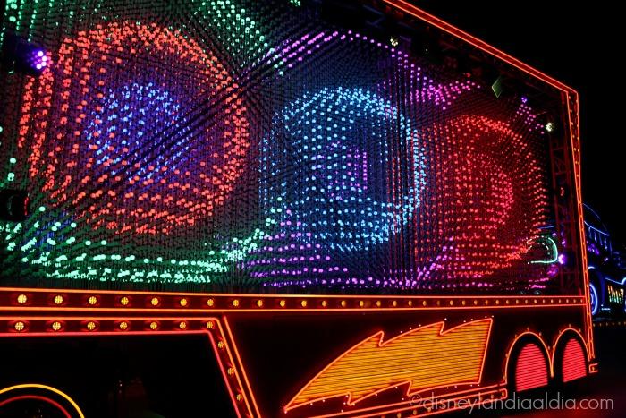 "Luces de Mack en el desfile ""Paint the Night"" - old.disneylandiaaldia.com"