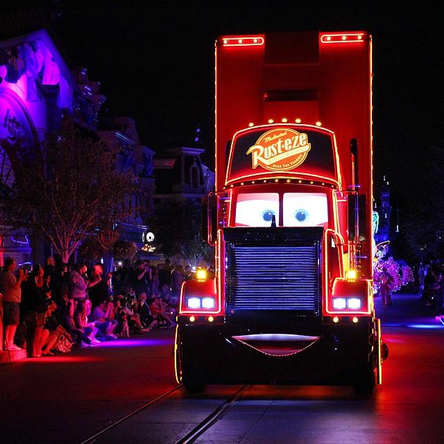 Paint the Night desfile en Disneylandia
