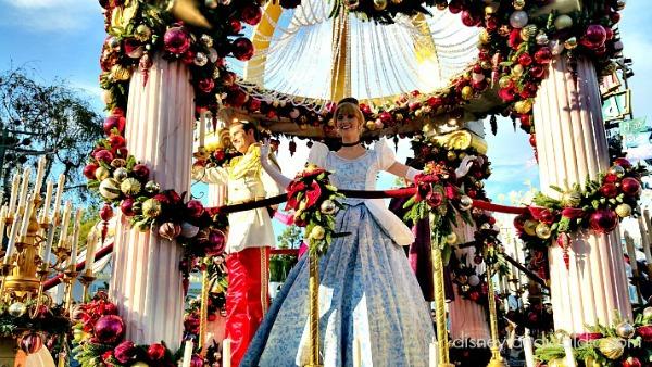 Cenicienta y el principe en el desfile de Disneylandia