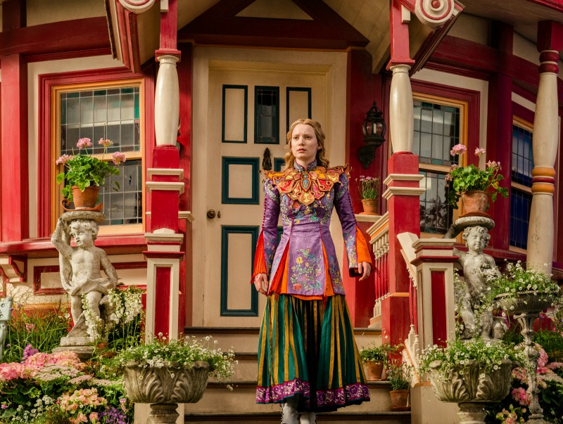 AliceThroughTheLookingGlass-Alicia-hatter-house