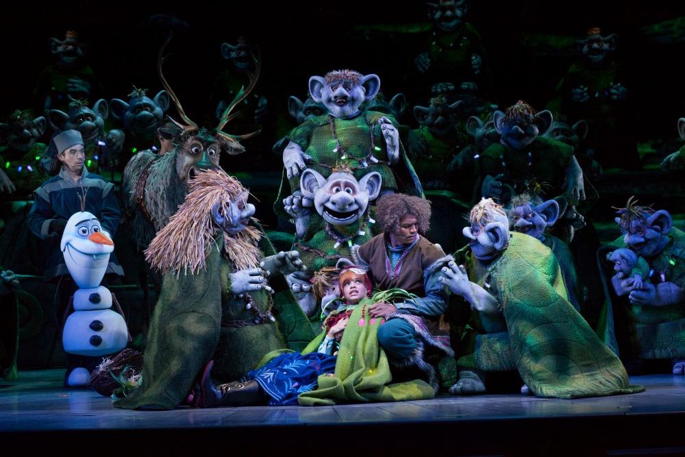 Escena de Frozen Live at the Hyperion con Anna, Kristof y Trolls - disneylandiaaldia.com