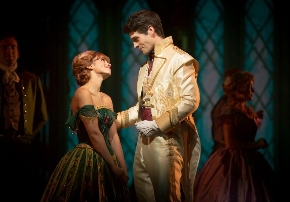 Escena de Frozen Live at the Hyperion, Anna y Hans hablando - disneylandiaaldia.com