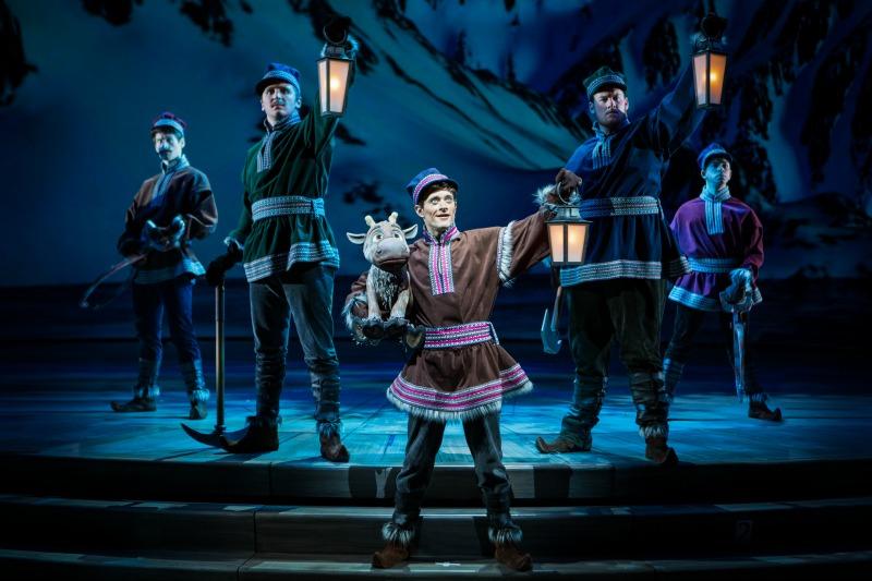 Escena de los picadores de hielo de Frozen Live - disneylandiaaldia.com