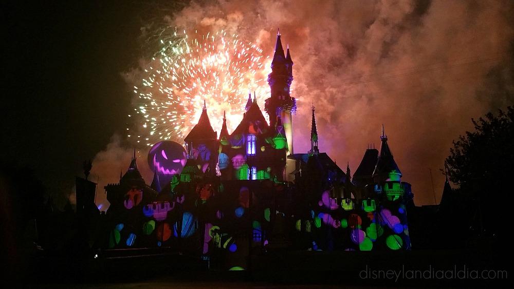 Castillo en Disneylandia durante Halloween