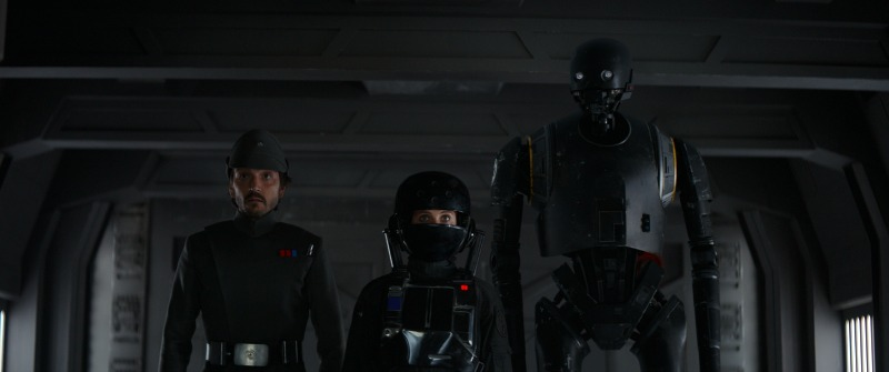 Rogue One: A Star Wars Story L to R: Cassian Andor (Diego Luna), Jyn Erso (Felicity Jones), and K-2SO (Alan Tudyk) Photo credit: Lucasfilm/ILM ©2016 Lucasfilm Ltd. All Rights Reserved.