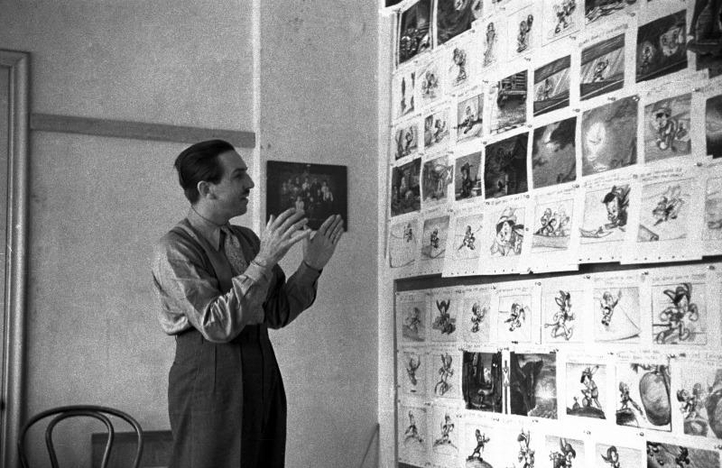 Walt Disney frente al guión visual de Pinocho - disneylandiaaldia.com