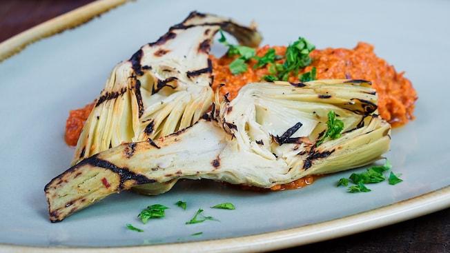 Corazones de alcachofa asados con salsa Romesco