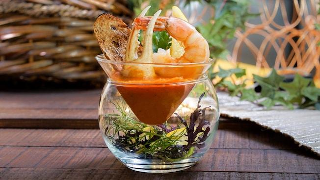 Sopa fría Cioppino con camarones, cangrejo y pan tostado con aceitunas