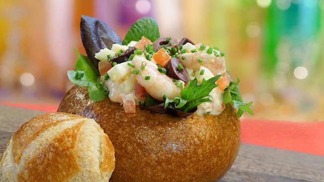 """Ensalada de camarones de la bahía Louie salad servida en un """"plato"""" de pan sourdough"""