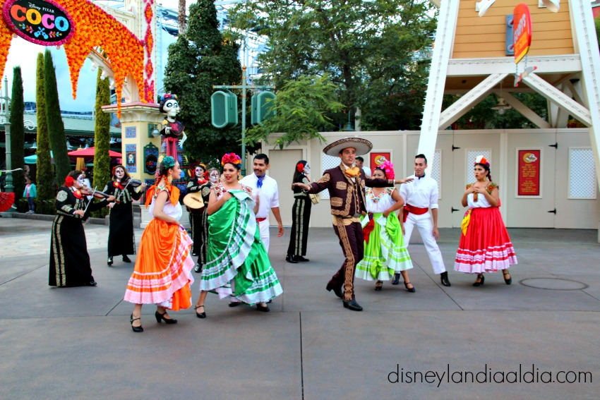 Coco y Plaza de la Familia en Disney California Adventure