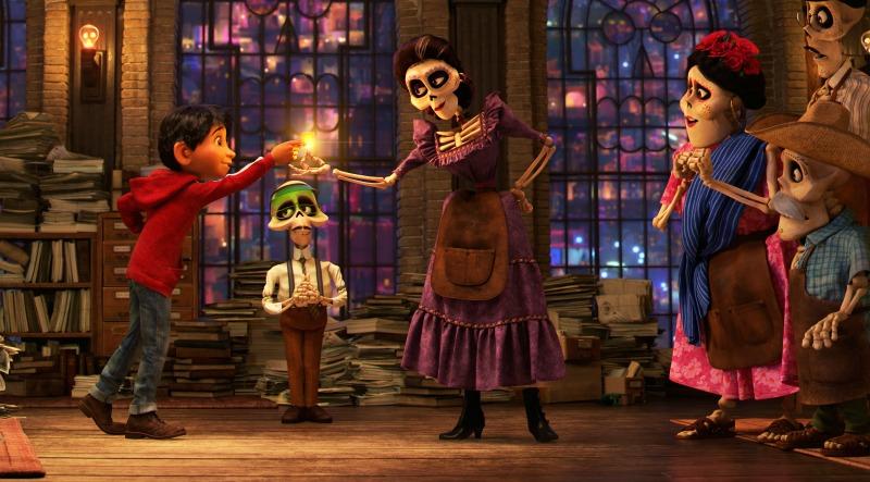 Escena de Coco con Miguel, Mamá Imelda y su familia