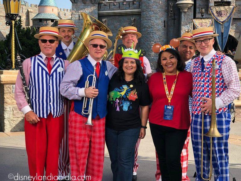 Banda Straw Hatters Band en Disneylandia con Silvia y Liz de Disneylandiaaldia.com
