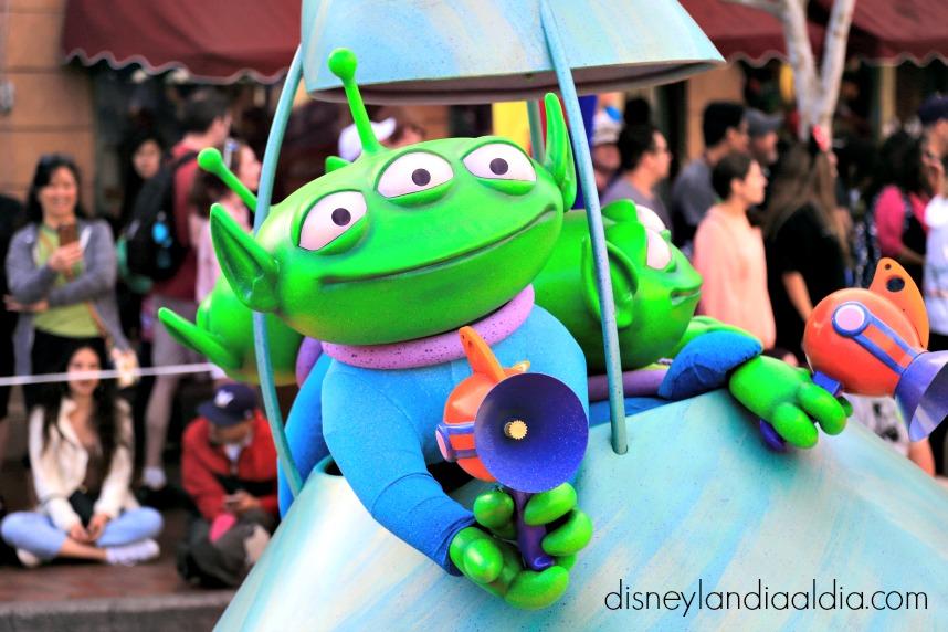 marcianos en pixar play parade