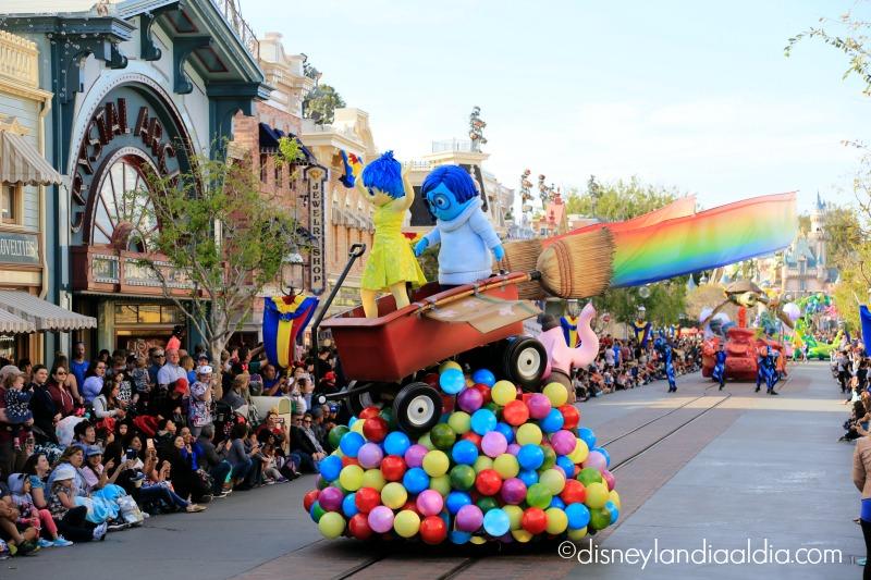 Carro alegórico de Inside Out en Pixar Play Parade
