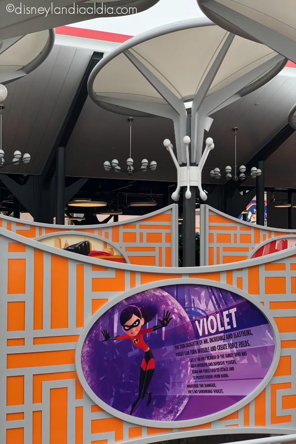 Incredicoaster en Pixar Pier mostrando información de Violet de la familia increíble