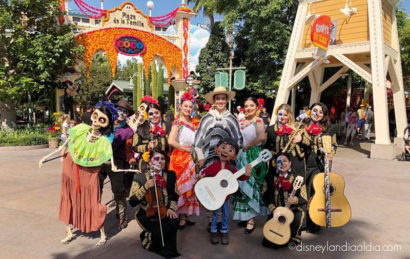 Mariachi Rivas con Miguel y otros personajes de Coco