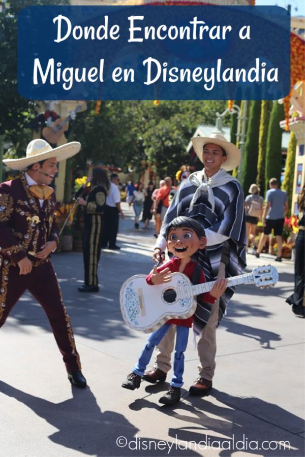 Miguel cantando en Plaza de la Familia en Disney California Adventure