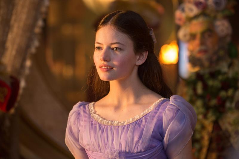 Mackenzie Foy interpretando a Clara del Cascanueces y los Cuatro Reinos