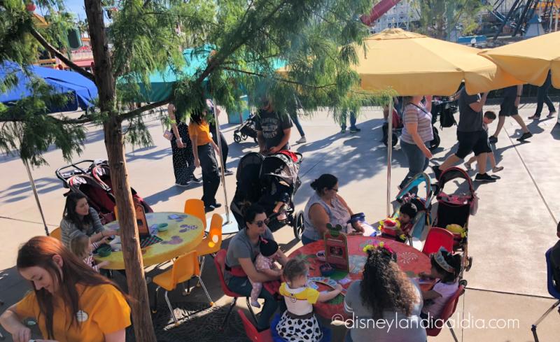 Niños y padres haciendo manualidades durante Festival of Holidays en Disney California Adventure